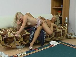 Sylvia&Tessa mindblowing hose clip